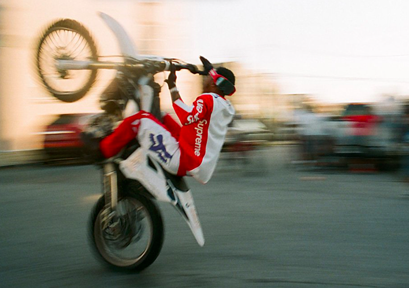 Supreme wrzuca nową, motocrossową kolekcję