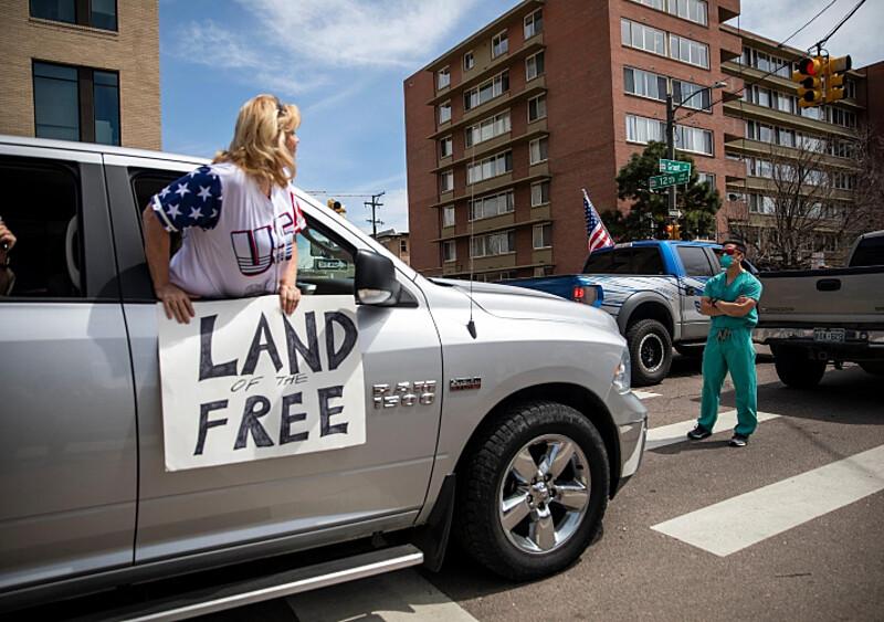 Pielęgniarze zatrzymują ludzi, którzy protestują przeciwko izolacji. O co chodzi w incydencie z Denver?