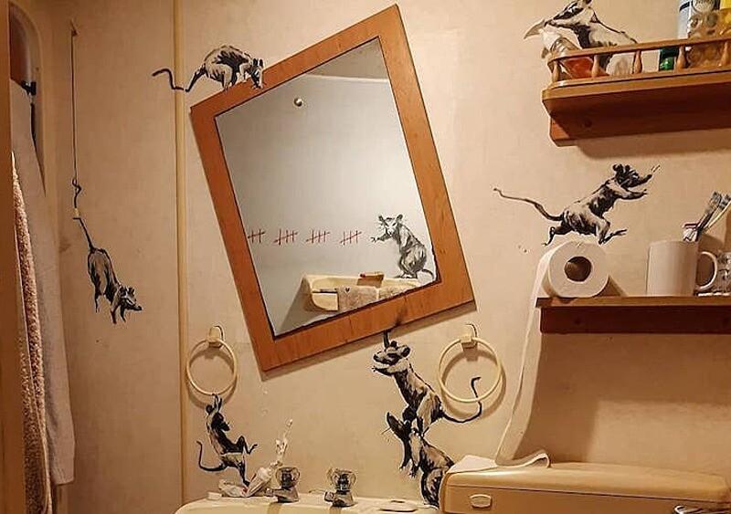 Banksy też siedzi w domu i się nudzi, dlatego... porobił murale w łazience. Żona nie jest zachwycona
