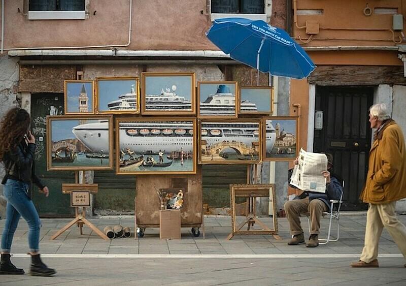 Banksy wprosił się na prestiżowe biennale i bez pytania rozstawił swoją nową pracę
